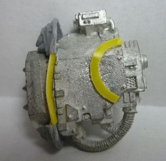 Forma circular cortada y unión con plasticard entre las dos mitades del escudo